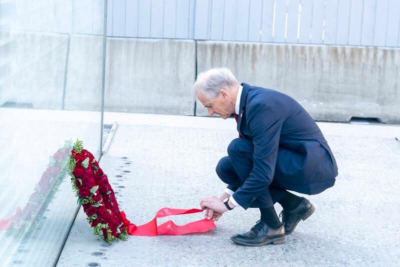 Jonas Gahr Støre begynte dagen med å legge ned krans ved 22. juli-minnesmerket i Regjeringskvartalet. Foto: Terje Pedersen / NTB