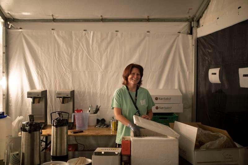 Sunniva Olsen står i matteltet til de frivillige. Der har hun servert mat, vann og kaffe til frivillige hele dagen. Hun gir meg et varmt måltid og en prat før jeg drar fra festivalen.