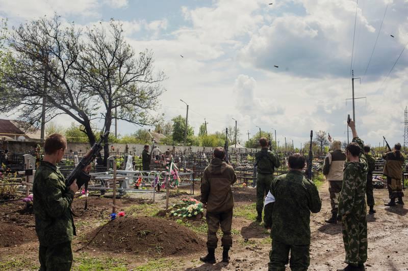 Hemmelig gravferd: I utgangspunktet ville ikke gravferdsledelsen at vi skulle besøke soldatkirkegården, men senere samme uke ble vi invitert til to begravelser. Soldatkameratene fra Vostokbataljonen skyter alltid i luften for å minnes de falne soldatene.
