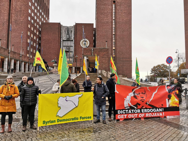 Kurder-aktivister demonstrerer mot Tyrkias invasjon av syrisk Kurdistan.