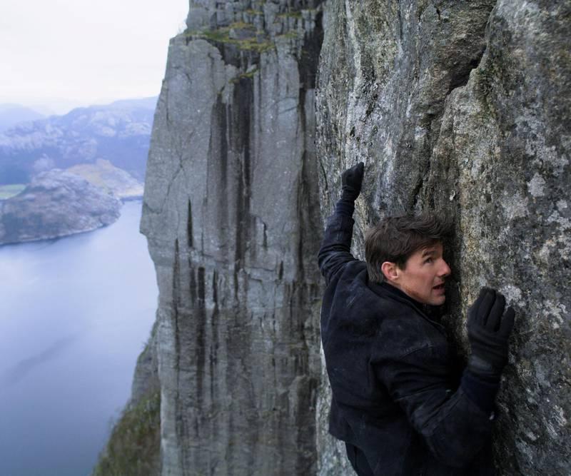 Norske produsenter reagerer på at stor- produksjonen til en åttende «Mission Impossible»-film får unntak fra innreiserestriksjonene og kan spilles inn i Norge. Her henger Tom Cruise i veggen under Preikestolen fra «Mission Impossible: Fallout». Stillbilde: Paramount Pictures