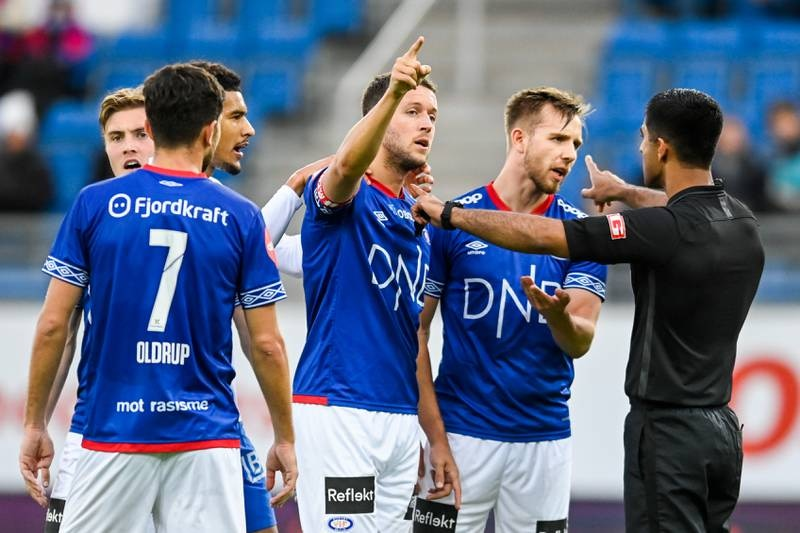 Vålerengas Jonatan Tollås Nation og Ivan Näsberg snakker med dommer Mohammad Usman Aslam etter det omstridte straffesparket han ga til Molde.