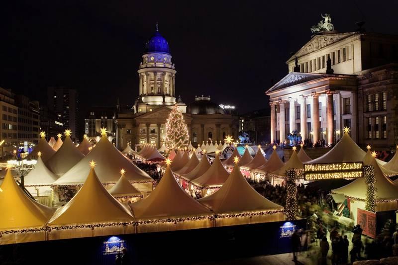 Julemarkedet på Gendarmenmarkt er kanskje det flotteste i Berlin. Men det finnes minst 60 alternative markeder! FOTO: WOLFGANG SCHOLVIEN/VISIT BERLIN