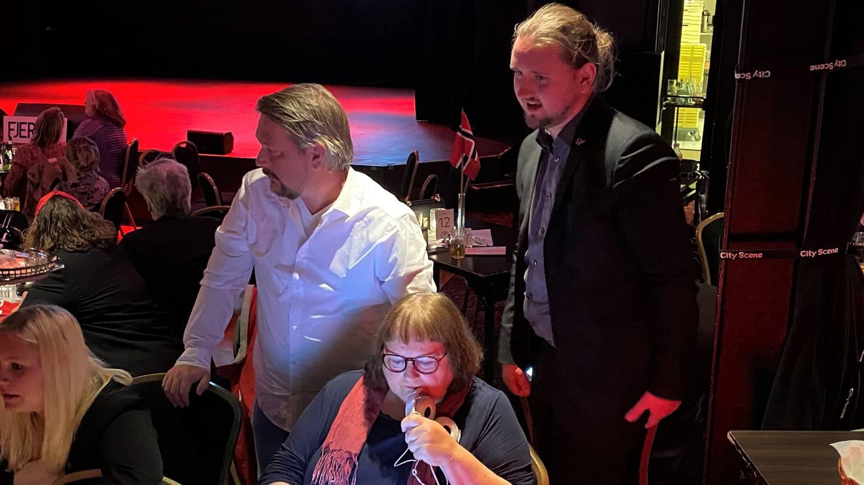 Freddy André Øvstegård sjekker valgresultatene underveis, på LO, Ap og SVs valgvake i Fredrikstad 2021.