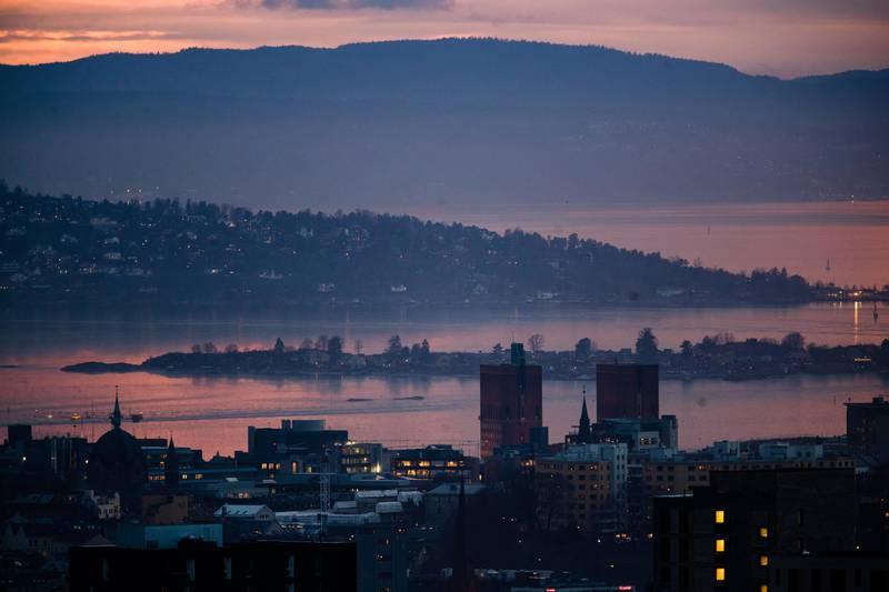 Oslo 20201124.  Oversiktsbilde av Oslo sentrum under pandemien i november 2020. Bildet er tatt ned på Rådhuset fra Grefsenkollen. Foto: Jil Yngland / NTB