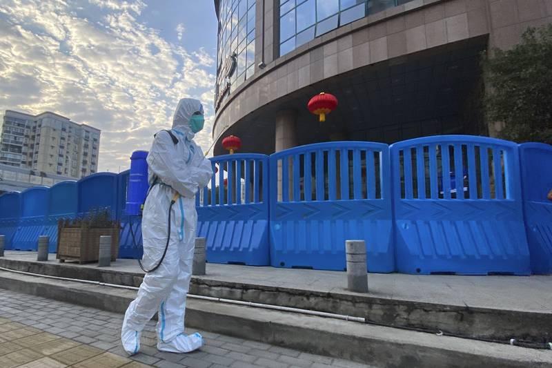 Desinfiseringn av området rundt et sykehus i Wuhan. En rapport viser at amerikansk etterretning ikke mener at viruset ble skapt i et laboratorium i Wuhan. Foto: Ng Han Guan / AP / NTB
