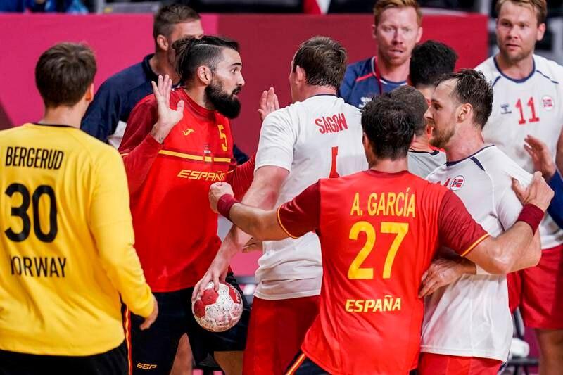 Spanias Jorge Maqueda og Norges Sander Sagosen i krangel under OL-kampen. Foto: Stian Lysberg Solum / NTB
