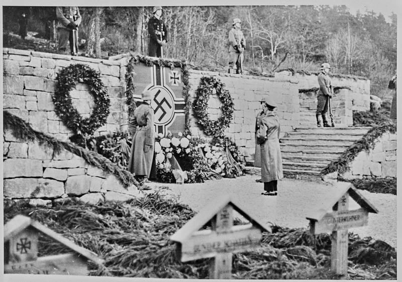 Nazistenes propagandaminister Joseph Goebbels var på besøk i Oslo i november 1940. Han besøkte da krigskirkegården på Ekeberg. Bildet viser at han hilser æresminnesmerket på kirkegården.