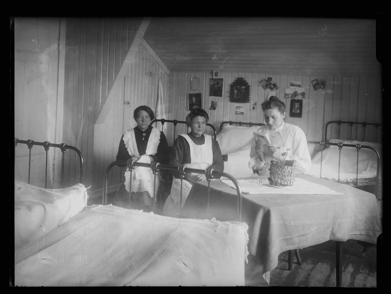 Magdalenastiftelsen på Lindern og Kvindehjemmet på Grini hadde i perioden 1859 og 1944 3.000 kvinner boende. Oppholdet skulle være frivillig og tuftet på kvinnenes anger. Foto fra sovesalen på Kvindehjemmet på Grini mellom 1900 og 1930.