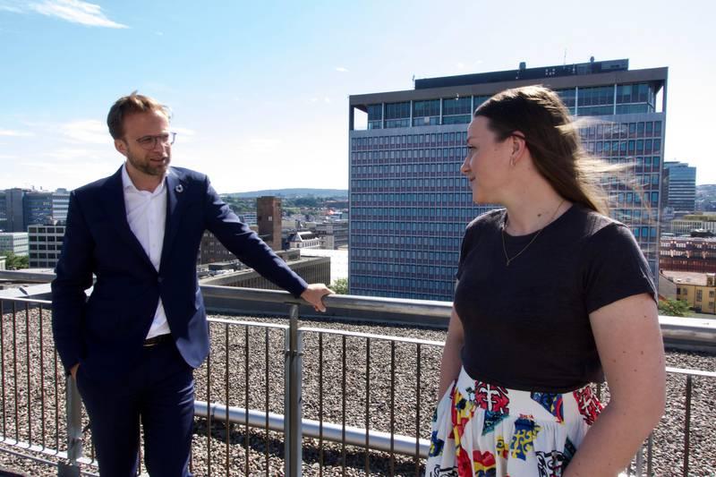 Kommunal- og moderniseringsminister Nikolai Astrup (H), har forståelse for at 20 ulike instanser å forholde seg til blir for mye. Bettina Lindgren fra Løvemammaene til venstre.