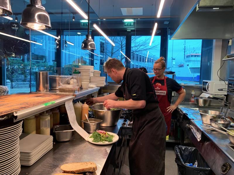 Daglig leder Kjetil Skaret og kokken Dorota Marud ved Déjà Vu delikatesser diskuterer mens de ferdigstiller den asiatisk inspirerte retten til Spis for 100.