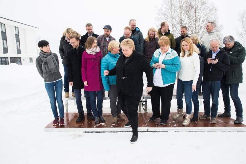 HURDAL  20180312. Det er første gang Venstre deltar på en budsjettkonferanse med Høyre og Frp. Bak fra venstre står justis-, beredskaps- og innvandringsminister Sylvi Listhaug (Frp), olje- og energiminister Terje Søviknes (Frp), næringsminister Torbjørn Røe Isaksen (H), fiskeri- og kystminister Per Sandberg (Frp), samferdselsminister Ketil Solvik-Olsen (Frp), arbeids- og sosialminister Anniken Hauglie (H), landbruks- og matminister Jon Georg Dale, helseminister Bent Høie (H), eldre- og folkehelseminister Åse Michaelsen (Frp) og forsvarsminister Frank Bakke Jensen (H). Foran fra venstre står utenriksminister Ine Eriksen Søreide (H), utviklingsminister Nikolai Astrup (H), forsknings- og høyere utdanningsminister Iselin Nybø (V), finansminister Siv Jensen (Frp), statsminister Erna Solberg (H), kulturminister Trine Skei Grande (V), barne- og likestillingsminister Linda Hofstad Helleland (H), kommunal- og moderniseringsminister Monica Mæland (H), kunnskaps- og integreringsminister Jan Tore Sanner (H) og klima- og miljøminister Ola Elvestuen (V),  idet regjeringen  starter budsjettarbeidet for 2019 med budsjettkonferanse på Hurdalsjøen hotell.   Foto: Berit Roald / NTB scanpix