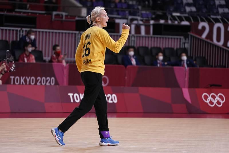 Keeper Katrine Lunde jubler etter en redning i OL-kampen i håndball mot Japan. Foto: Stian Lysberg Solum / NTB