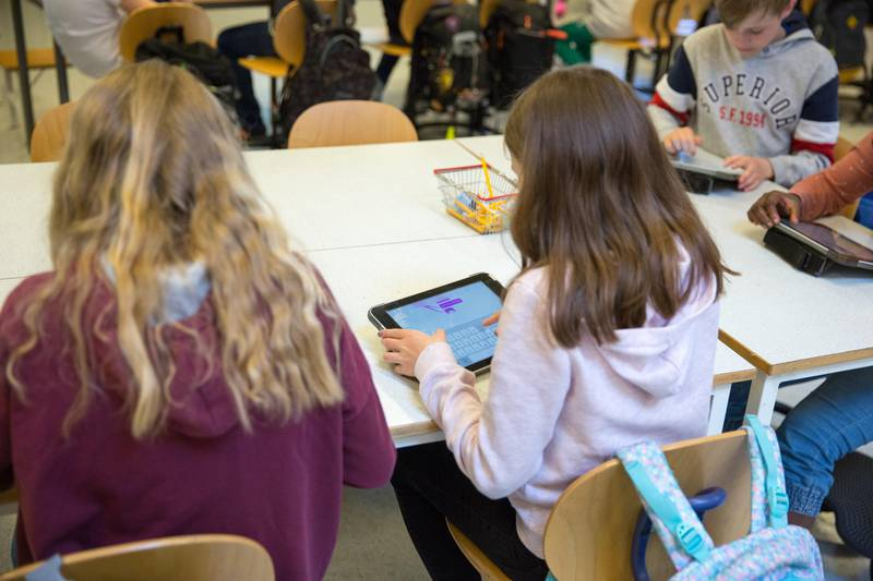 Hvordan skal barna til dem som ikke har internett eller mobilabonnement følge opp skolearbeidet sitt, spøre Tone Holm. (Illustrasjonsfoto)