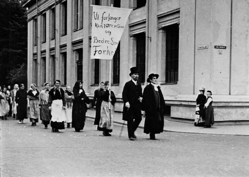 Fyrstikkarbeiderskenes demonstrasjonstog gjenskapt i Olaf Dalgards film «Gryr i Norden» i 1939. 24. november 1889 gikk flere tusen i tog for å vise solidaritet med de streikende.  FOTO: STILLBILDE FRA FILMEN/ARBARK
