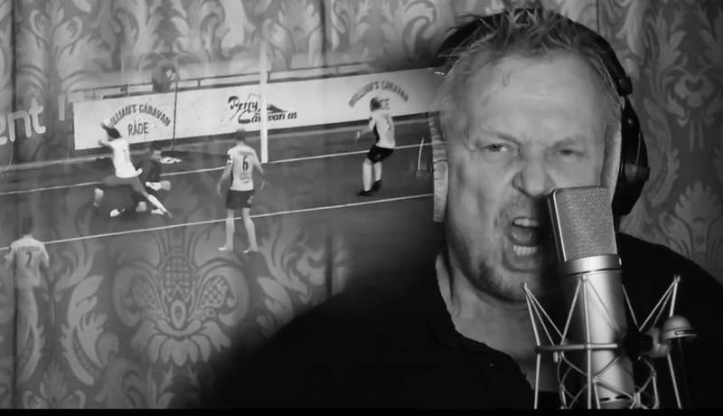 Dennis Storhøi synger på ny FFK-sang, laget av Tom Rohde-Moe. (Skjermdump: Youtube)