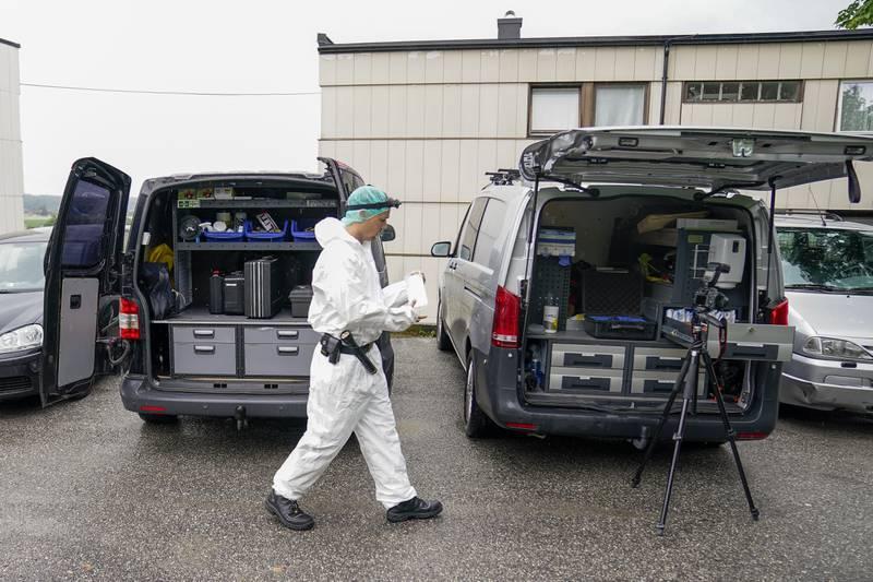 Krimteknikere fra politiet jobber på stedet etter et mistenkelige dødsfall i Fredrikstad.