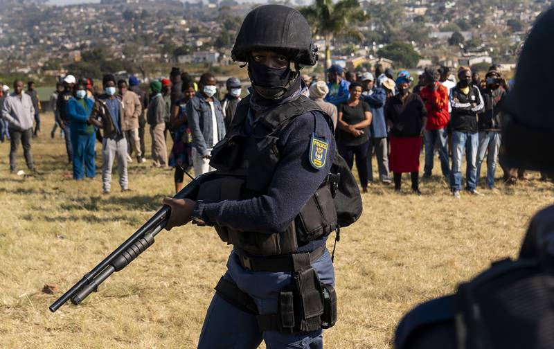 Sør-Afrikas president har lovet å gjenopprette ro og orden etter uken med demonstrasjoner og opptøyer som har rystet landet. Her patruljerer væpnet politi i Durban forrige helg. Foto: Shiraaz Mohamed / AP / NTB