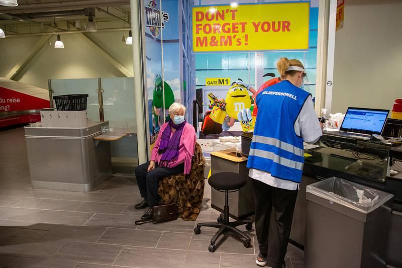 Inger Vesstveit (80) vaksinerte seg på Moss lufthavn Rygge fredag. Hun var en av de første i aldersgruppen 74 til 84 år som fikk vaksine i Moss.