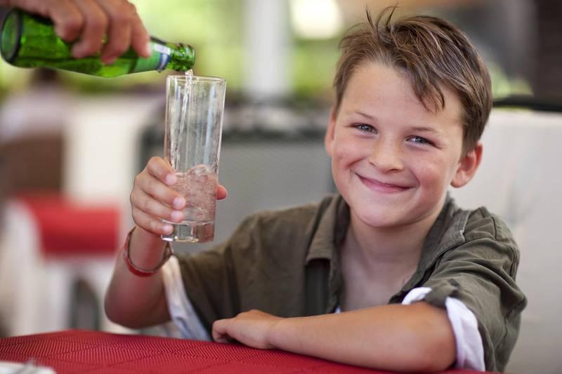Barn blir tørste og sier fra. Hos eldre svekkes evnen til å merke dårlig væskebalanse.