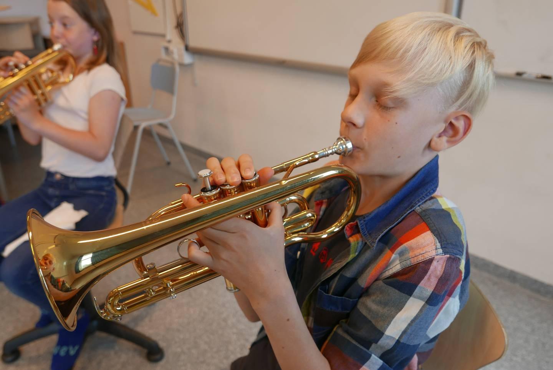 Victor (11) er dypt konsentrert mens han spiller kornett