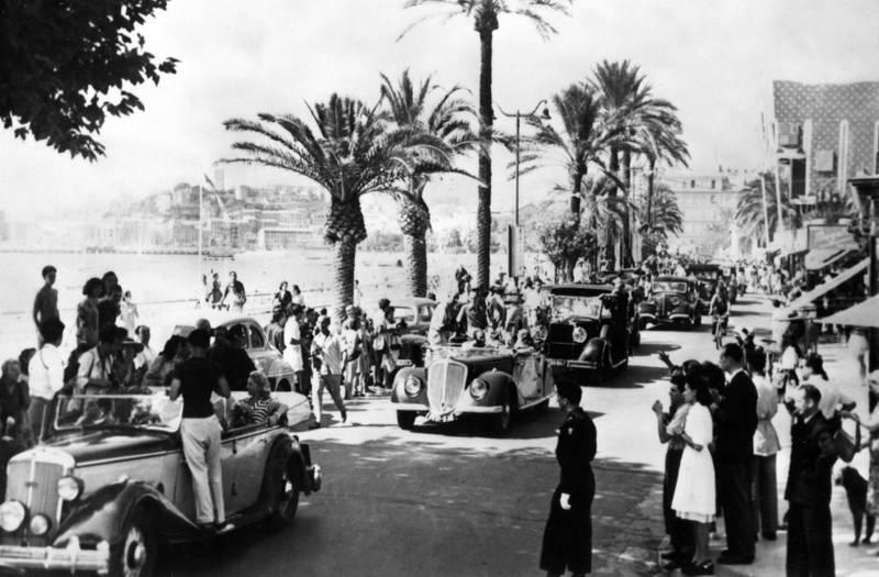Gjennom 70 årganger har filmfestivalen i Cannes vært det viktigste stedet i verden å vise film, for å vise seg selv, for å se og bli sett. Her fra paraden langs Croisetten i festivalens andre år, i 1947.