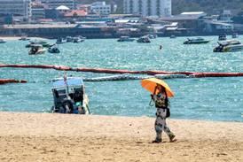 Torsdag satt rådmannen i koronakrisemøte. Fredag reiste han til Thailand. Da fikk kommunen nok