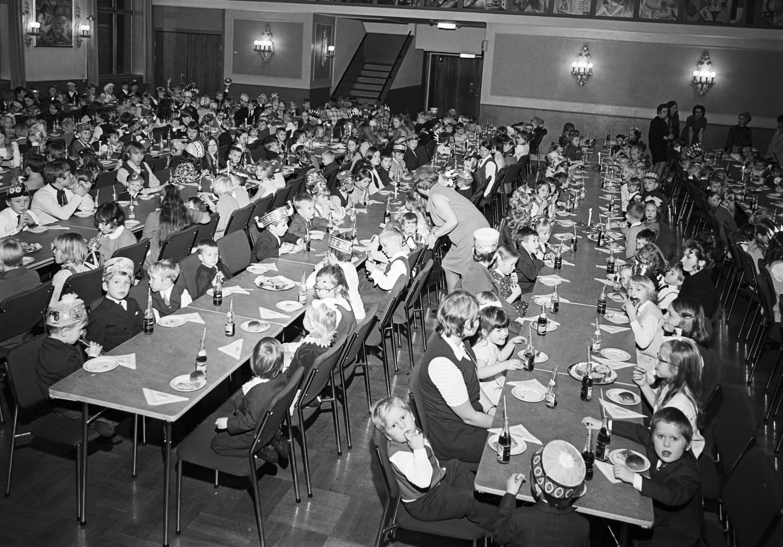 Fagforeningene var tidlig ute med å arrangere juletrefester for medlemmenes barn. Langbord med barn som spiser boller og brus hos Oslo stein-, jord- og sementarbeideres forening i januar 1971. Foto: Ørnelund, Leif Oslo Museum