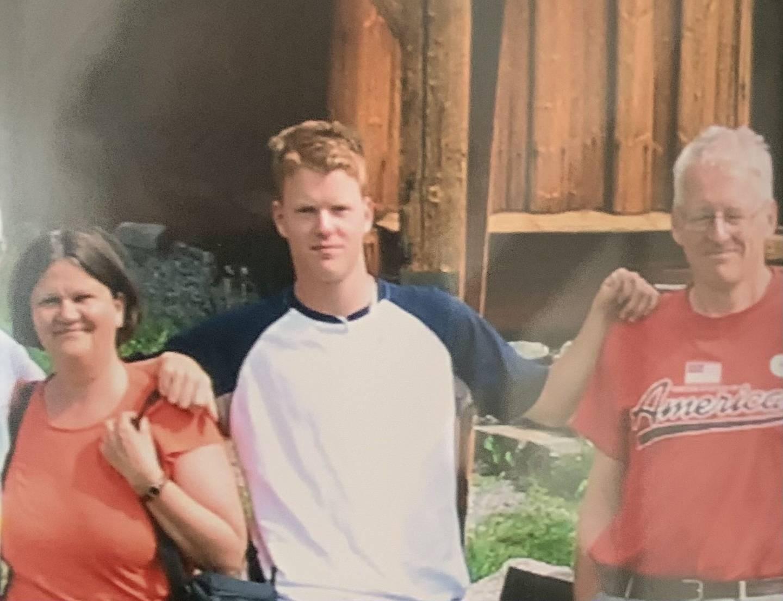 Dette bildet sammen med foreldrene,. er det siste bildet som ble ble tatt av Kristian, to uker før han brutalt ble slått ned. Han døde 28.7.2005, tre dager før han ville fylt 19 år.