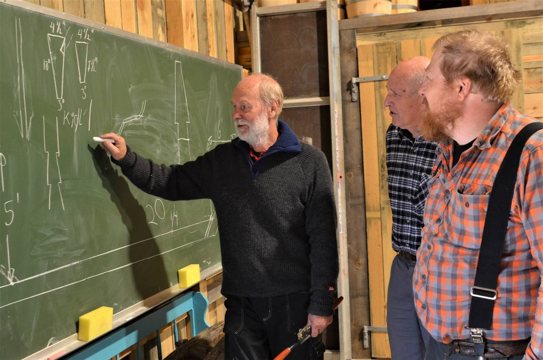 – Vi skal skape et skikkelig utgangspunkt og gjør et grundig registreringsarbeid, sier Gunnar Eldjarn. Her sammen med båtbyggerne Thor Ivar Olsen og Andreas Pagander.