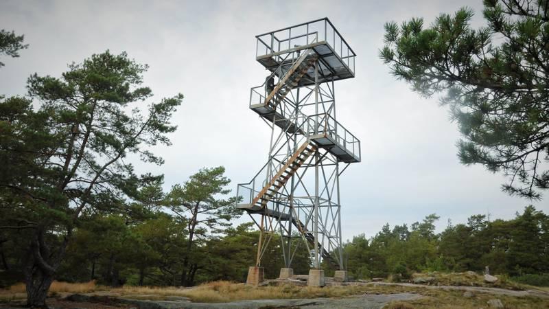 Det elleve meter høye tårnet gir panoramautsikt over Østlandet. Nå er det også montert opp en kikkert, så du kan se detaljer bedre. Kanskje ser du ditt eget hus?