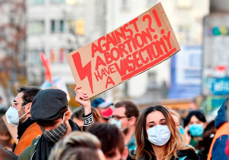 «Mot abort? Steriliser deg!» står det på plakaten under en demonstrasjon mot at Polen har vedtatt en lov som nesten uten unntak forbyr abort. Foto: Tobias Schwarz/NTB
