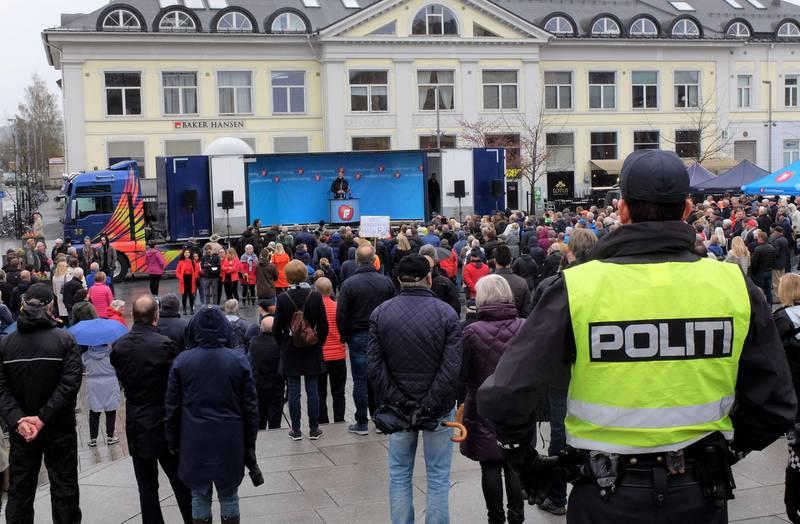 Politiet var på plass på flere steder rundt Strømsø torg, der Sylvi Listhaug og Ketil Solvik-Olsen (bildet) talte. En mann ble bortvist etter å ha klatret på traileren med en del støy, men Kjetil Østhus, leder i Demokratene Trøndelag, fikk uten problemer overrakt henne en T-skjorte med påskriften «Leve Listhauglinjen», forteller han.