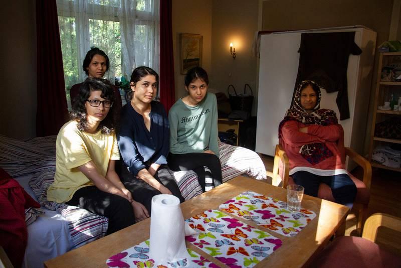 Familien fikk 10 minutter på å flytte ut av kommunal bolig. Nå bor de i to rom i et hus fram til 11.september.  Adibeh Amiri