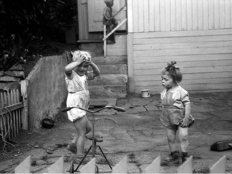 Barn under 10 år var fra 1914 nekta adgang til Rodeløkka kolonihage uten følge av foreldre. Bildet er fra 1947.