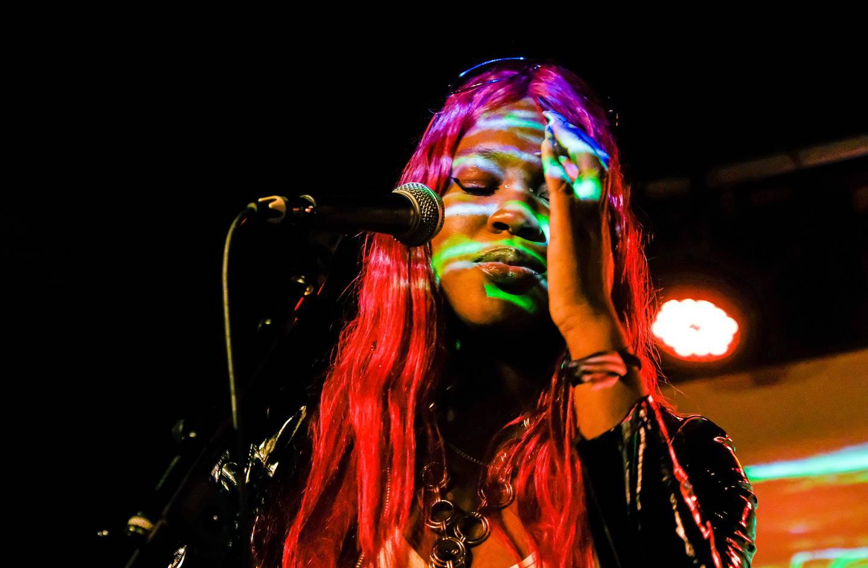 Darkowa, eller Phylis Ama Boateng, er DJ-en som har tatt mikrofonen og scenen.