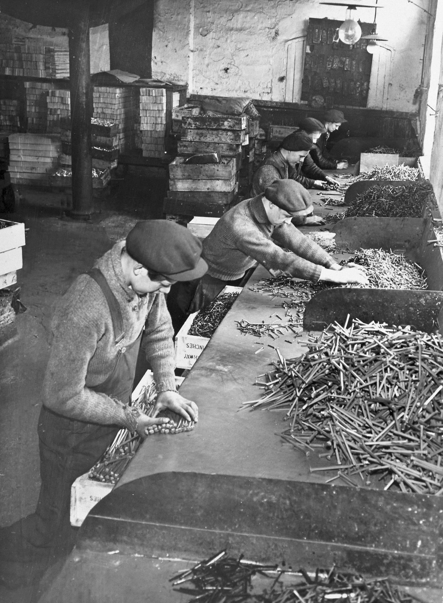 CHRISTIANIA SPIGERVERK: De var ikke så gamle gutta som sorterte spiker i 1920-40-åra. FOTO: UKJENT PERSON/ARBARK