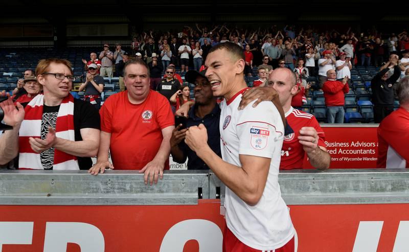 Accrington Stanleys Kayden Jackson feirer med fansen.