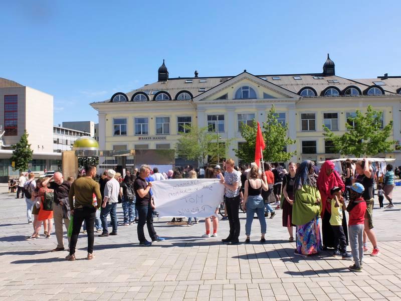 Oppbudet av motdemonstranter er stort og tiltar mens SIANs representanter taler på Strømsø torg 15. juni 2019. FOTO: KATRINE STRØM