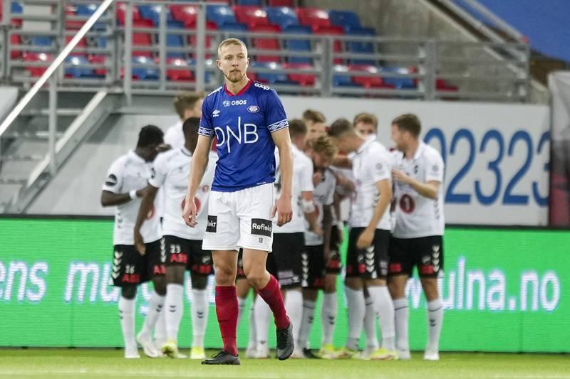 Fredrik Holmé fortviler mens Odd jubler bak ham på Intility onsdag.