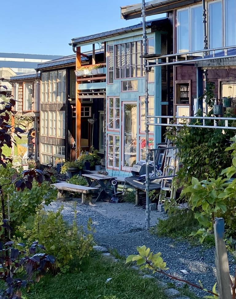 De bærekraftige Selvbyggerhusene (Nøisom arkitekter) er nylig ferdigstilt, og består av 5 familieboliger i rekke som beboerne selv har bygget, blant annet med gjenbruksmaterialer. Prisen for hver enhet kom på en halv million, og bidrar til å holde husleien nede.