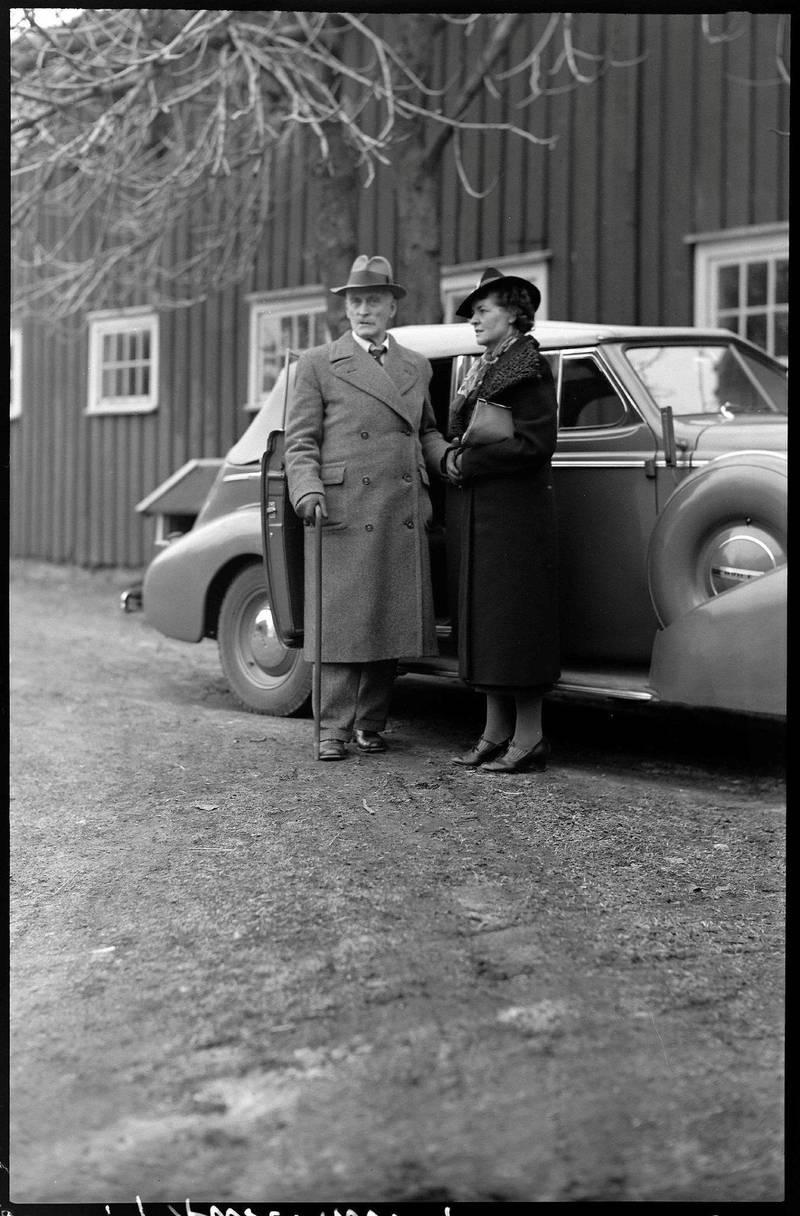 Marie Hamsun og Knut Hamsun foran Nørholm, 1939. Foto fra boken. FOTO: MARTHA MYHRSLO/AUST-AGDER MUSEUM ARKIV KUBEN/FRA BOKEN
