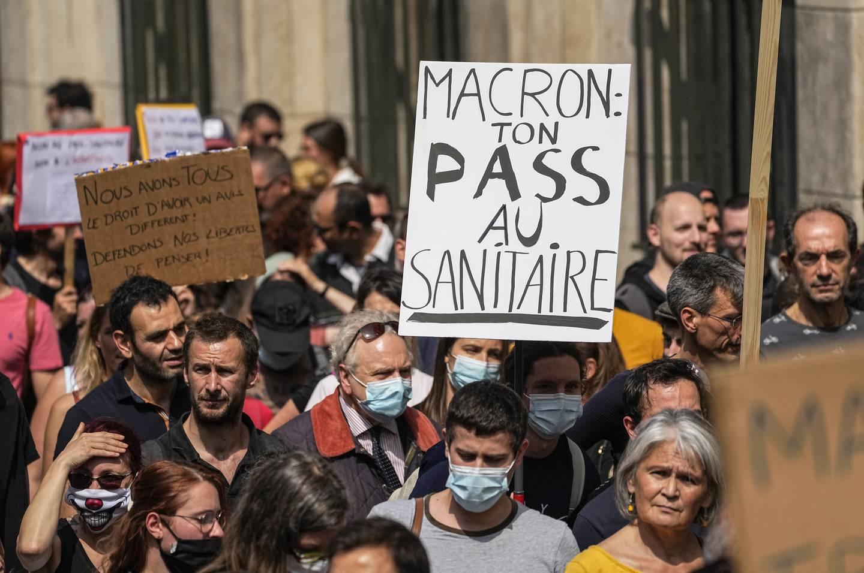 Flere tusen franskmenn ble så sinte av president Macrons introduksjon av koronapass at de protesterte i gatene. Men vaksineringsgraden er blitt høy i Frankrike.