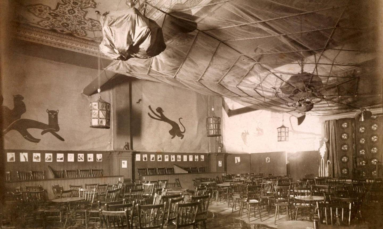 Bokken Lasson og Vilhelm Dybwad starta Chat Noir i 2. etasje i Tivolis portbygning i 1912. Lokalene var dekorert av Lassons nevø Per Krohg. I 1919 flytta scenen til Brødrene Hals' konsertlokale.