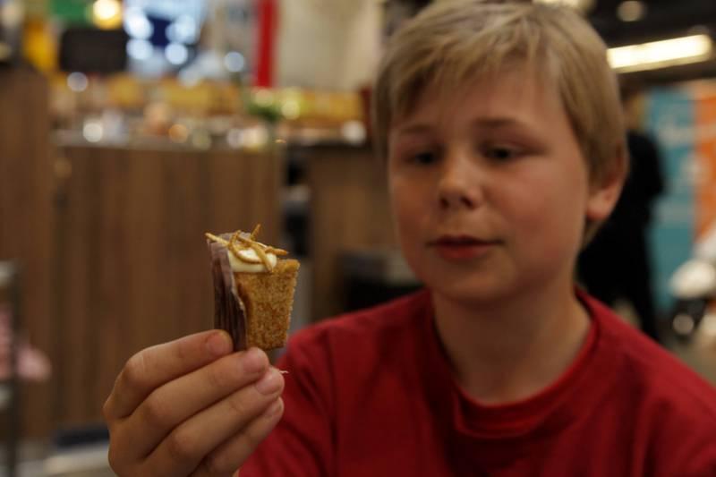 Trym Mikal (11) var litt skeptisk, men cupkake med sirisser og melbillelarver viste seg å være bedre enn fryktet. FOTO: HEINE STANGEBY