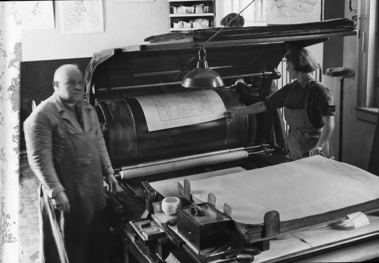 Avleggerske og falserske Snefrid Steen og trykker O. Berger i Trykkerisalen i Norges geografiske oppmåling St. Olavsgt 32 i 1930.