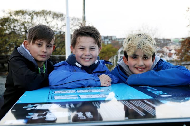 Sebastian, Embrik og Batuhan liker å lære utendørs. Foto: Tone Helene Oskarsen