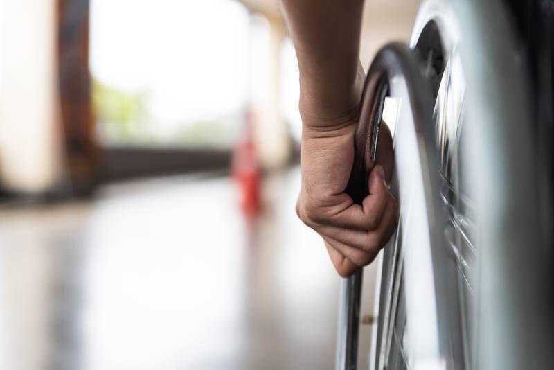 Den gjentatte medisinske klassifiseringen av funksjonsvarierte som syke og stakkarslige setter kjepper i hjulene i arbeidslivet, skriver innleggsforfatter.