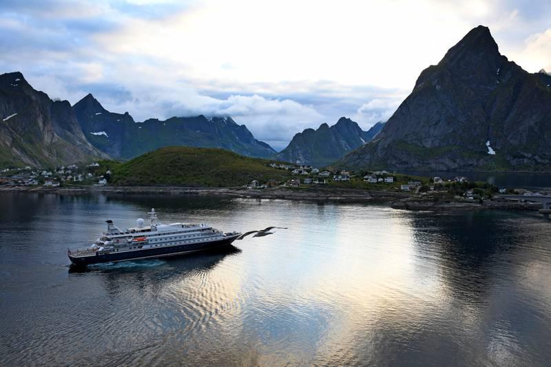 """Reine 20200707. Superyatchen """"Sea Dream I"""" ankommer Reine .Foto: Rune Stoltz Bertinussen / NTB"""
