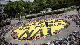 6007 barnesko står utenfor Stortinget: – Like mange som det er barn i Moria